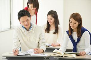 講義室で自習する大学生男女四人の写真素材 [FYI02483693]