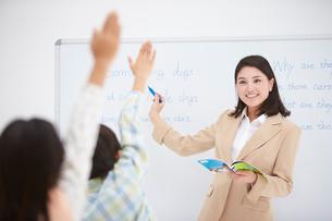 授業中の女性教師と小学生の生徒の写真素材 [FYI02483915]