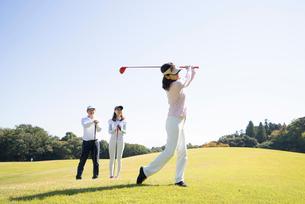 ゴルフをする家族の写真素材 [FYI02484179]