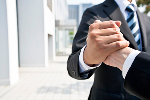手を握るビジネスマンの写真素材 [FYI02484601]