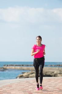 海岸をランニングする女性の写真素材 [FYI02485343]