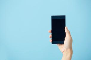 スマートフォンを持つ手の写真素材 [FYI02486029]