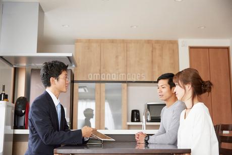 新居の契約をする夫婦の写真素材 [FYI02486034]