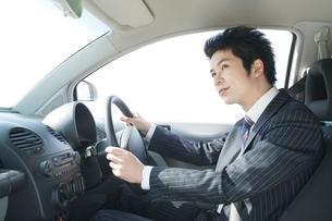 運転席に座るビジネスマンの写真素材 [FYI02486173]