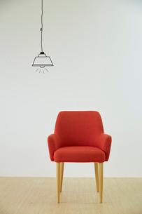 赤い椅子とマスキングテープで作ったペンダントライトのイラスト素材 [FYI02487963]