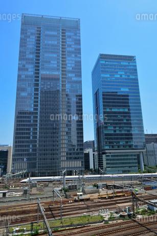 八重洲のビルと東海道新幹線の写真素材 [FYI02488178]
