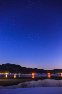 木崎湖と星空の写真素材 [FYI02490331]