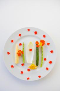 花のサラダの写真素材 [FYI02490573]