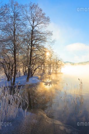 木崎湖と朝日の写真素材 [FYI02490617]