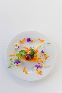 花のサラダの写真素材 [FYI02490785]