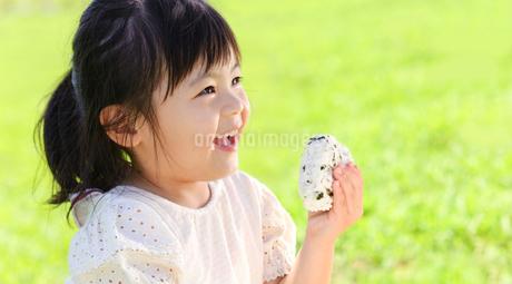 おにぎりを手に持つ女の子の写真素材 [FYI02491171]