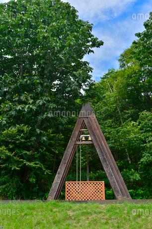 たんばらラベンダーパークにある鐘つきの写真素材 [FYI02491304]