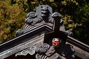 新倉山浅間公園の神社の般若の面と鬼の面の写真素材 [FYI02492028]