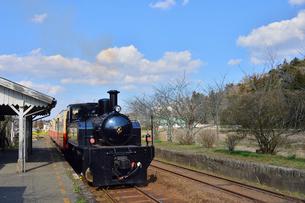 小湊鉄道高滝駅を走る蒸気機関車の写真素材 [FYI02492043]