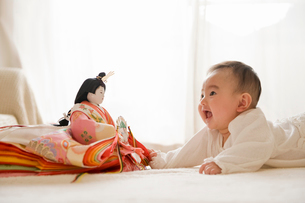 雛人形を見る赤ちゃんの写真素材 [FYI02492703]