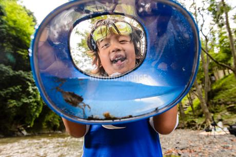 川で箱眼鏡を持つ子どもの写真素材 [FYI02493320]