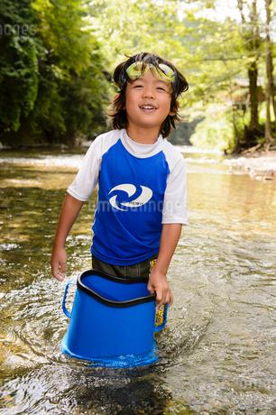 川で箱眼鏡を持つ子どもの写真素材 [FYI02493470]
