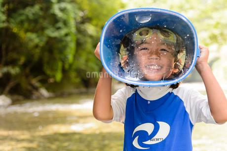 川で箱眼鏡を持つ子どもの写真素材 [FYI02493699]