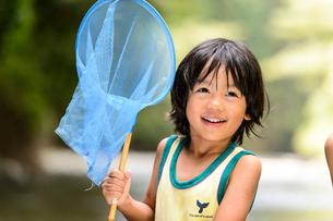 川で網を持つ子どもの写真素材 [FYI02493705]