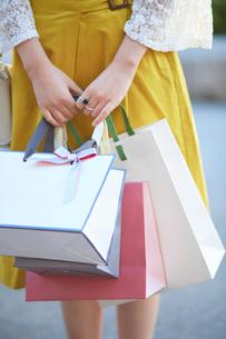 買い物をして歩く女性の写真素材 [FYI02495789]