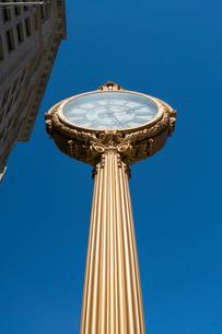 青空のマディソンスクエアー パークエリアに立つフィフスアベニュー ビルディング クロックの写真素材 [FYI02496056]