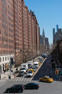 23丁目ストリートに立ち並ぶアパートの列と交通 チェルシー ミッドタウン マンハッタ ンの写真素材 [FYI02496152]