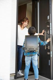 子供の帰りを出迎えるお母さんの写真素材 [FYI02496865]