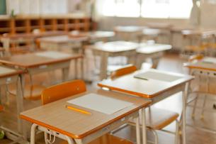 教室の机と椅子の写真素材 [FYI02497138]