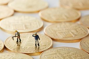 ビットコインの上のミニチュアの農家の写真素材 [FYI02497871]