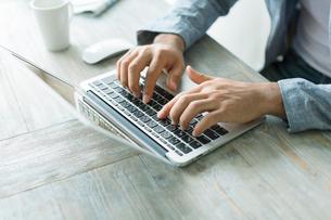 ノートパソコンをする男性の手元の写真素材 [FYI02498115]