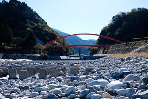 愛本橋と黒部川の写真素材 [FYI02499124]