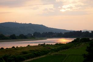 信濃川の夕景の写真素材 [FYI02499203]