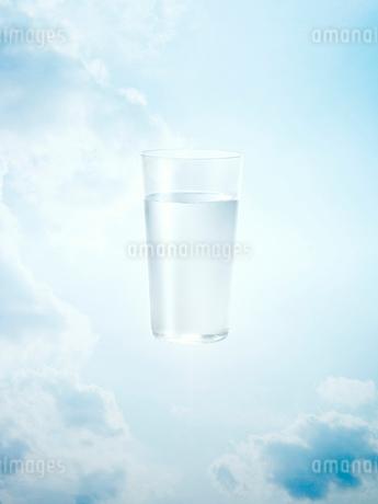 グラスに入った水のイラスト素材 [FYI02500022]