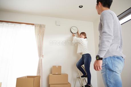 新居に引っ越した家族の写真素材 [FYI02500387]