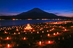 シルエットの富士山とアイスキャンドルの灯の写真素材 [FYI02500483]