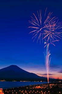 山中湖の花火とアイスキャンドルの写真素材 [FYI02500486]