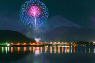 河口湖冬花火と富士山の写真素材 [FYI02500492]