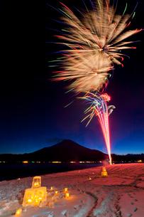 山中湖の花火の写真素材 [FYI02500536]