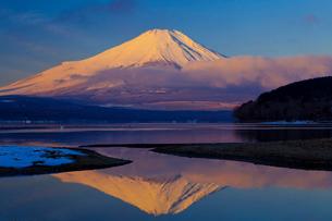 山中湖から見た朝日に染まる富士山の写真素材 [FYI02500539]