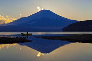 山中湖から見た夕暮れの富士山の写真素材 [FYI02500547]