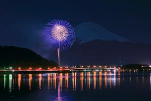 河口湖冬花火と富士山の写真素材 [FYI02500552]