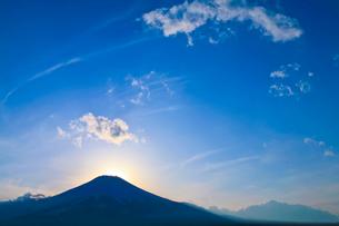 シルエットの富士山の写真素材 [FYI02500684]