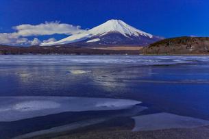 山中湖から見た富士山の写真素材 [FYI02500961]