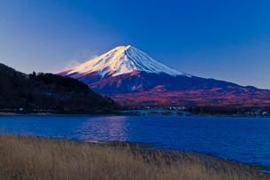 河口湖から見た朝の富士山の写真素材 [FYI02501022]
