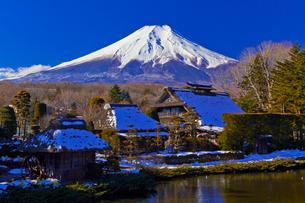 富士山と茅葺き民家の写真素材 [FYI02501033]