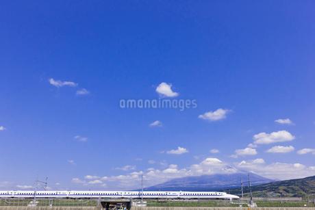 東海道新幹線 N700系と富士山の写真素材 [FYI02501157]