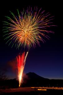 山中湖の冬花火とシルエットの富士山の写真素材 [FYI02501192]