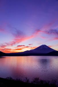朝焼けと富士山の写真素材 [FYI02501213]