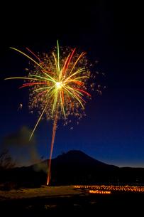 山中湖の冬花火とシルエットの富士山の写真素材 [FYI02501251]