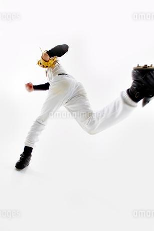 ボールを投げようとしている野球のユニフォームを着た男性の写真素材 [FYI02501380]